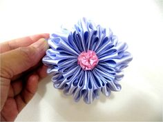 Moños para el cabello flores pomposas  en cintas dobladas