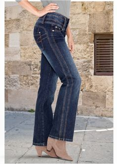 Alterations of jeans - change of the size (traffic) \/ Alteration of jeans \/ Second Street Denim Flares, Denim Jeans, Jeans Recycling, Altering Jeans, Costura Fashion, Diy Clothes, Clothes For Women, Sewing Alterations, Sewing Pants
