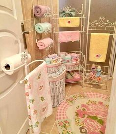 DIY Country Bathroom Decor Ideas Perhaps you think of home improvement work and think that such projects are beyond your capabilities. Pink Bathroom Decor, Bathroom Layout, Bathroom Ideas, Baños Shabby Chic, Modern Shower Curtains, Room Ideas Bedroom, Baby Shower Balloons, Dining Room Design, Home Decor Inspiration