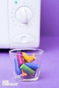 Alte, abgebrochene Wachsmaler finden jetzt wieder Verwendung. Die Wachsstifte einfach in einem eingefetteten Glas oder einer Muffinform in der Mikrowelle einschmelzen, danach für mehrere Stunden ins Gefrierfach stellen und fertig ist der Regenbogenmaler. Foto: Torsten Kollmer
