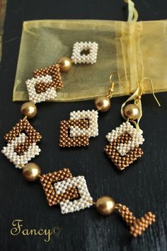 Square in a Square Beaded Earrings Seed Bead Patterns, Jewelry Patterns, Bracelet Patterns, Beading Patterns, Bead Jewellery, Seed Bead Jewelry, Beaded Earrings, Beaded Bracelets, Handmade Beaded Jewelry