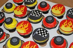 racecar themed cupcakes for a birthday celebration Hot Wheels Birthday, Race Car Birthday, Race Car Party, Cars Birthday Parties, 7th Birthday, Birthday Celebration, Bolo Hot Wheels, Hot Wheels Cake, Hot Wheels Party