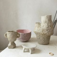 Yesterday I was so exhausted I just allowed myself to play with no particular aim. I ended up with a small goblet, the african stool I wanted to make in a previous post and a vase with two openings. The surrealists have this concept about automatic writing. Maybe this can be applied to handbuilding too?