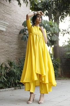 16 Outfits That Make You Look Awesome at the Indian Wedding - Outfit Ideas HQ Kurta Designs, Kurti Designs Party Wear, Pakistani Dress Design, Pakistani Outfits, Indian Wedding Outfits, Indian Outfits, Indian Designer Outfits, Designer Dresses, Indian Designers