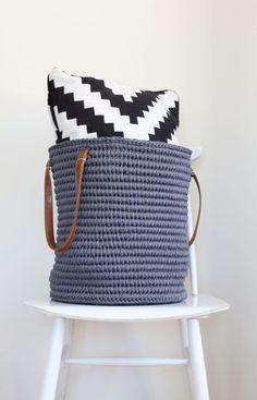 Crochet bag tutorial - needs translation Diy Crochet Basket, Crochet Bowl, Crochet Basket Pattern, Knit Or Crochet, Crochet Crafts, Crochet Patterns, Hand Crochet, Yarn Projects, Crochet Projects