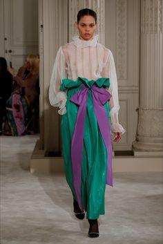 Guarda la sfilata di moda Valentino a Parigi e scopri la collezione di abiti e accessori per la stagione Alta Moda Primavera Estate 2018.