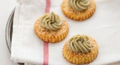 I frollini al parmigiano con crema di carciofi sono un ottimo finger food da servire anche come antipasto. Da preparare con curry, sesamo e timo