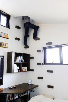 寝室のベッドサイドには、展望塔(換気塔)の頂上へと続くフリークライミングのハンドルが設置されています。 スクエアなデザインの木のハンドルは、飾り棚としても使用できます。 展望塔は、夏場には1階の中庭から引き込まれた冷気を2階へと導く自然換気設備としても機能します。この写真「展望塔へと続くフリークライミングウォール」は...