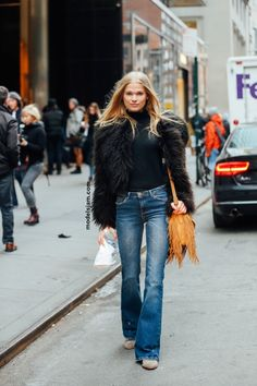 Flared jeans with black faux fur, love the combination of street style | the daily lady | www.thedailylady.eu for more inspiration