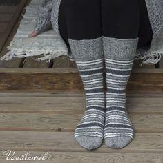 Palmikkoresori ja reippaat raidat muuntuvat moneen makuun vain värejä vaihtamalla. Tällä kertaa valitsin sukkiini vaaleaa ja tummaa harma...