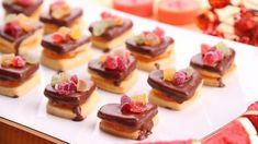 Dáváte přednost cukroví bez krému? Pak pro vás dnes máme skvělý recept na oskarky s meruňkovou marmeládou a kyselým želé. Dáte si? Mini Cupcakes, Cheesecake, Cookies, Food, Kitchens, Crack Crackers, Cheesecakes, Biscuits, Essen
