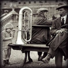 How does it work? A #little #child #explores the #tuba ... how #cute !! #old #picture #pictureoftheday #music #outside #brass #instrument #funny #beautiful #blackandwhite