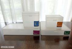 100均のセリアで販売している「フタ付きケース」は、キッチンやデスク、洗面所収納におすすめのグッズです。同じ商品は重ねて収納することができ、引き出しや棚の整理に役立ちます。サイズや種類、使い方実例をご紹介。