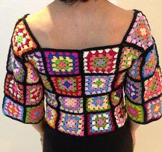 Blusa feita em crochê de quadrados colorida, ótima opção para todas as estações    Tamanho P  Busto: 74-80 cm  Comprimento: 34 cm    Composição: 100% algodão Crochet Squares, Crochet Clothes, Fasion, Lana, Knit Crochet, Crochet Patterns, Knitting, Knits, Tops