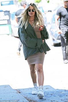 Kim Kardashian rocks skimpy tank top as she is joined by leggy Khloe Khloe Kardashian Workout, Estilo Khloe Kardashian, Khloe Kardashian Photos, Kardashian Jenner, Celebrity Maternity Style, Celebrity Outfits, Maternity Fashion, Celebrity Style, Pregnant Celebrities
