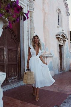 16 Best Vacation Outfit Ideas To Try This Summer - thatgirlArlene Looking for some OOTD inspirations for your next vacay? Here are the 16 Best Vacation Outfit Ideas To Try This Summer to help you! White Dress Summer, White Maxi Dresses, Maxi Wrap Dress, Outfit Summer, Spring Maxi Dresses, Summer Beach Dresses, White Maxi Dress Casual, White Dress Outfit, White Wrap Dress