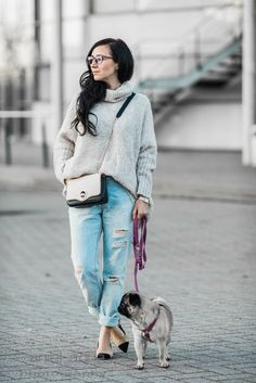 Outfit Oversize Pullover und ripped Boyfriend Jeans mit Chanel Lookalikes | Julies Dresscode | https://juliesdresscode.de | #ootd #fashion #juliesdresscode #fashionblogger #outfitinspiration