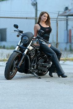 Harley Davidson & girls Foto e video Biker T-shirts, Lady Biker, Biker Chick, Biker Girl, Motos Sexy, Hd Fatboy, Harley Davidson Merchandise, Chicks On Bikes, Moto Cafe