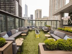 10 Apogee Vertical Sky Lounge is no more but a new urban oasis has sprung up in its place. The redesigned Dana Hotel & Spa rooftop now sports comfy couches carpet-like turf and green shrubbery to help guests escape the bustle of the city. Rooftop Terrace Design, Rooftop Lounge, Rooftop Restaurant, Rooftop Patio, Rooftop Bar, Terrace Garden, Restaurant Design, Rooftop Gardens, Rooftop Chicago