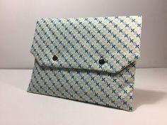 Pochette fleurie et multi usages blanche, jaune, grise et bleu intérieur plastifié : Sacs à main par only-by-elise