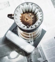 Blooming the Kalita Wave release the gasses and create a even bed! Shop Kalita @alternativebrewing Link in Bio Same Day Dispatch |by @brstaclub