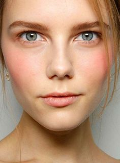 Get Rid of a Dull Face With Shimmer Powder | Makeup Tutorials http://makeuptutorials.com/must-know-beauty-tips-for-flying