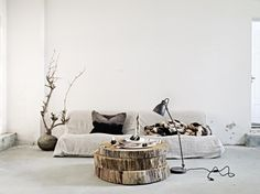 Deze woonkamer straalt zoveel rust uit. En die salontafel van schijfjes boom is zo stoer!