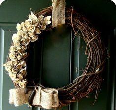 Krans met jute rozen versiert en het huisnummer erbij.