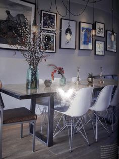 Strak en huiselijk: woonkamer  / eetkamer met grijs, zwart, wit, en een combinatie van een industriële sfeer met gezelligheid.    Joske   vtwonen 09-2017