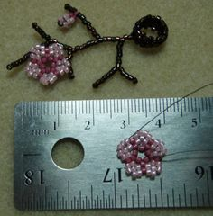 Seed bead jewelry Sakura Bead - Instructions and details ~ Seed Bead Tutorials Discovred by : Linda Linebaugh Seed Bead Flowers, Beaded Flowers, Seed Bead Jewelry, Beaded Jewelry, Jewellery, Seed Beads, Seed Bead Patterns, Beading Patterns, Beads And Wire