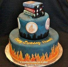 Divergent Cake oh my look at the books on top this is awesome Divergent Cake, Divergent Birthday, Divergent Party, Divergent Hunger Games, Divergent Fandom, Divergent Trilogy, Divergent Insurgent Allegiant, Fancy Cakes, Cute Cakes