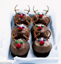 christmas cupcakes reindeer cupcakes- great for Christmas Eve decorating Christmas Deserts, Christmas Party Food, Xmas Food, Christmas Cooking, Christmas Goodies, Kids Christmas, London Christmas, Reindeer Christmas, Christmas Cakes