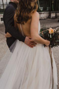 fließendes Brautkleid aus Tüll, leichtes Hochzeitskleid aus Softtüll, tiefer Rückenausschnitt / Foto: www.amonbarbara.com Amon, Fascinator, Backless, Wedding Inspiration, Bridal, Makeup, Dresses, Design, Fashion