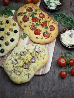 Recipe for simple focaccia bread: 3 delicious variations [Knoblauch & Rosmarin / Tomaten & Pinienkerne / Oliven] - Recipe for simple focaccia bread: 3 delicious variations [garlic & rosemary / tomatoes & pine nuts - Sandwich Recipes, Pizza Recipes, Grilling Recipes, Veggie Recipes, Bread Recipes, Paleo Recipes, Focaccia Bread Recipe, Everyday Food, Gourmet