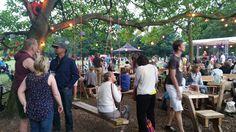 Het paviljoen bij het Vroesenpark werd vorig weekend eindelijk geopend. Bezoekers van het park kunnen hier een drankje doen of gezellig met elkaar kletsen. Ideeën over zo'n soortgelijk paviljoen stonden al tien jaar op de agenda.  Deze foto is gemaakt door Peet Kolart.