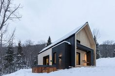 This perfectly minimalist Canadian retreat is available for rent! Located in Charlevoix, Canada, the charming snowy villa is only 10 minutes away from Le Massif de Charlevoix ski resort. Developed by Cargo Architecture, the contemporary cottage is in Scandinavian Architecture, Scandinavian Modern, Architecture Design, Architecture Journal, Sustainable Architecture, Residential Architecture, Contemporary Architecture, Modern Barn, Modern Farmhouse