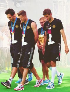 Lahm, Müller, Hummels, Durm presented the trophy to the cheering supporters in Brandenburg fanmile. Maybe the most epic world cup trophy presentation ever National Football Teams, Football Soccer, Germany Soccer Team, Philipp Lahm, World Cup Trophy, German National Team, Dfb Team, International Football, Soccer Boys
