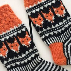 Neuloen ja virkaten Yarn Crafts, Diy Crafts, Knitting Socks, Ravelry, Knit Crochet, Gloves, Sewing, Knits, Pattern
