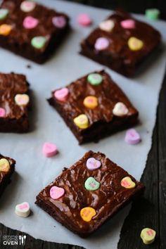 Niedliche Brownies mit Herzchen zum Valentinstag. Noch mehr Ideen gibt es auf www.Spaaz.de