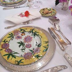 Uma mesa colorida e chic para o jantar, com a porcelana Flor de Maracujá, Limoges!!! #taniabulhoes #vestiramesa #tableware #homeperfumery #listadecasamento #marcabrasileira #exclusiva #temtudonosite www.taniabulhoes.com.br