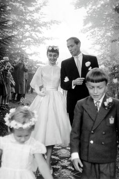 Audrey Hepburn and Mel Ferrer - of September The dress was designed by Pierre Balmain and was iconic because of its short length. Instead of wearing a veil, Audrey wore a halo of flowers. She looks fabulous! Boda Audrey Hepburn, Audrey Hepburn Wedding Dress, Audrey Hepburn Pixie, Celebrity Wedding Dresses, Best Wedding Dresses, Celebrity Weddings, Old Hollywood, Hollywood Wedding, Wedding Movies