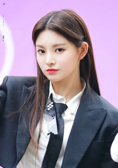 Yiren is a Chinese singer under Yuehua Entertainment and a member of the group Everglow. South Korean Girls, Korean Girl Groups, Yuehua Entertainment, New Girl, K Idols, Kpop Girls, Net Worth, Actors & Actresses, Rapper