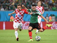 Herrera e Modric numa jogada do Croácia-México, em Recife  AFP PHOTO  DIMITAR DILKOFF