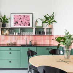 Green Kitchen, Kitchen Colors, Colourful Kitchen Tiles, Modern Retro Kitchen, Funky Kitchen, Kitchen Colour Schemes, Retro Kitchen Decor, Eclectic Kitchen, Kitchen Interior