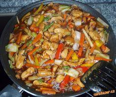 Zeleninu nakrájíme na nudličky, postupně zprudka opečeme na rozpáleném oleji(podle tvrdosti zeleniny...