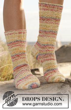 "DROPS sockor i mosstickning och slätst i ""Fabel"" och ""Baby Merino"" ~ DROPS Design Knitted Slippers, Knit Mittens, Knitting Socks, Drops Design, Knitting Kits, Knitting Patterns Free, Free Knitting, Crochet Patterns, Knitted Socks Free Pattern"
