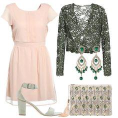 Il semplice e leggero vestito di un delicato rosa cipria è accostato al coprispalla in pizzo verde, i sandali col tacco grosso, la pochette con pietre e gli orecchini pendenti.