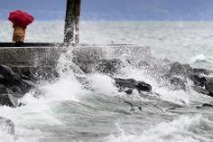 Auch der Genfersee ist aufgewühlt und die Wellen schlagen über die Ufermauer. (Bild: Laurent Gillieron / Keystone)