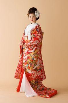 実は素敵な意味が込められていた!美しすぎる和装の模様をお勉強♡にて紹介している画像 Japanese Wedding Kimono, Japanese Kimono Dress, Kimono Japan, Japanese Costume, Traditional Wedding Dresses, Traditional Outfits, Kabuki Costume, Japanese Outfits, Japan Fashion