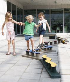 Evenwichtsparcours geplaatst op klassieke speelplaattegels ( valhoogte onder de 60 cm, dus dat mag van de preventiedienst)